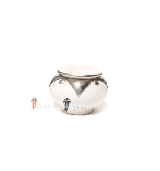 Cendrier marocain fait main blanc, cerclé de métal poli et torsadé